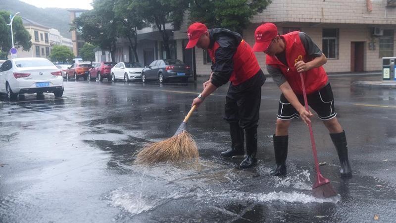 ボランティアが臺風被害の復舊に活躍 浙江省舟山市